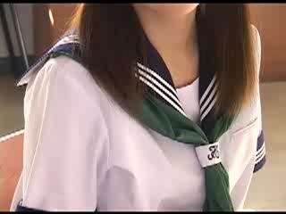 清楚な制服女子校生がホントはドスケベでこんなイヤラしいオナニーをしてる