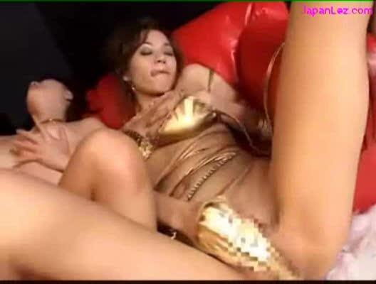 【レズの潮ふき・オナニー動画】水着姿で踊る三人のエロい美女たちが、ソファーの上でレズビアンってオナるw