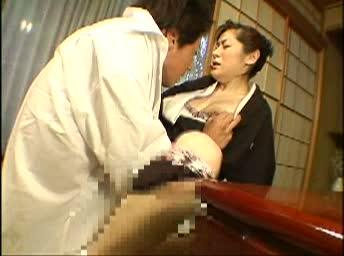 ウイドーになり、自棄を起こした義女子は自ら義理の弟の唇に吸い付く-
