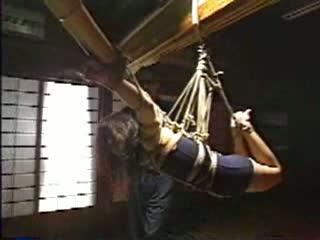 スクール水着着せられた工藤綾美が竹に両腕を一文字に拘束されたまま宙吊り。グルグルと回転させられ麻縄が食い込み息苦しそうな表情にS心がかき立てられる。