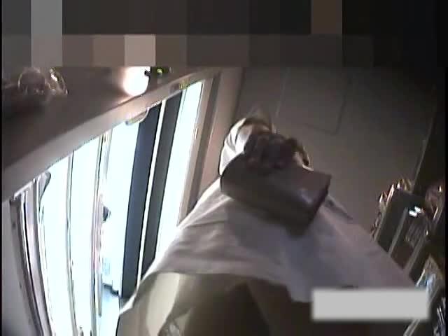 昼休みにナース服のまま買い物する美人ナースのミニスカ白衣の中身を逆さ撮りパンチラ&パンスト盗撮!